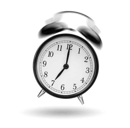 despertador: reloj despertador clásica sonando en el fondo blanco