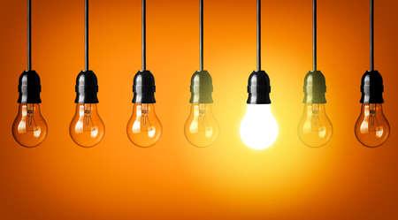 enchufe de luz: Concepto de idea sobre fondo naranja