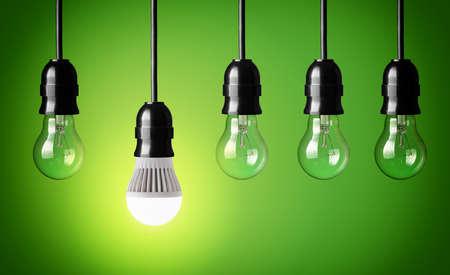 Gloeiende LED-lamp en eenvoudige gloeilampen Stockfoto