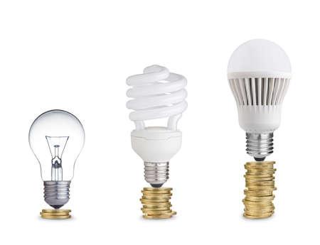 luz: El dinero ahorrado en diferentes tipos de bombillas de luz aislados en blanco Foto de archivo