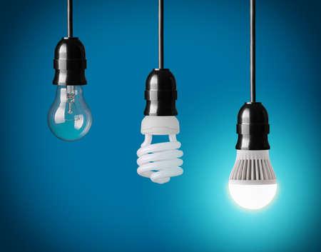eficiencia energética: colgando bombilla de tungsteno, ahorro de energía y bombilla LED Foto de archivo