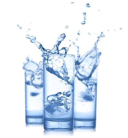 vasos de agua: Salpicaduras de agua en vasos aislados en blanco