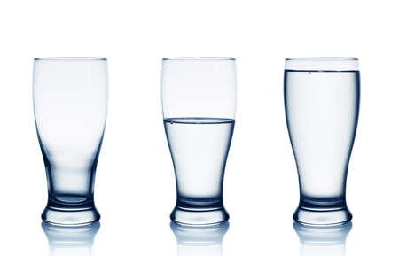 vasos de agua: Aislado en blanco vacío, medio y vasos llenos de agua