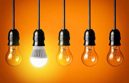 bombilla: Concepto de Eco con bombilla LED que brilla intensamente Foto de archivo