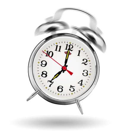 白い背景で鳴っている古典的な目覚まし時計