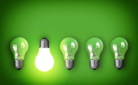 enchufe de luz: Concepto de la idea con la fila de bombillas y la bombilla incandescente