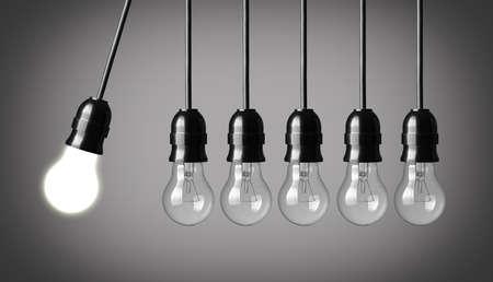 灰色の背景に電球考え概念と永久運動