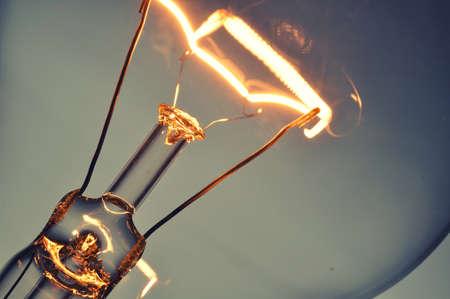 strom: Close up leuchtende Glühbirne Lizenzfreie Bilder