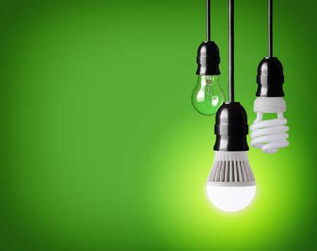 ahorros: colgando bombilla de tungsteno, ahorro de energía y bombilla LED Foto de archivo