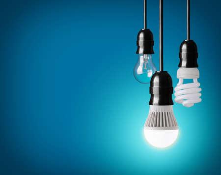 タングステン電球、省エネ、LED 電球にぶら下がっています。