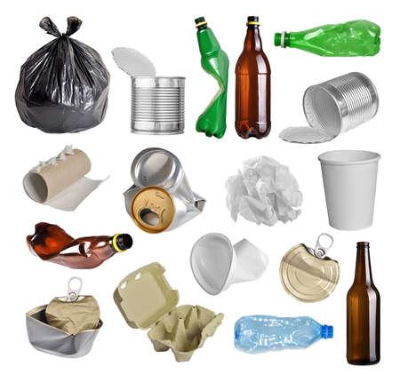 to recycle: Las muestras de la basura para el reciclaje aisladas sobre fondo blanco