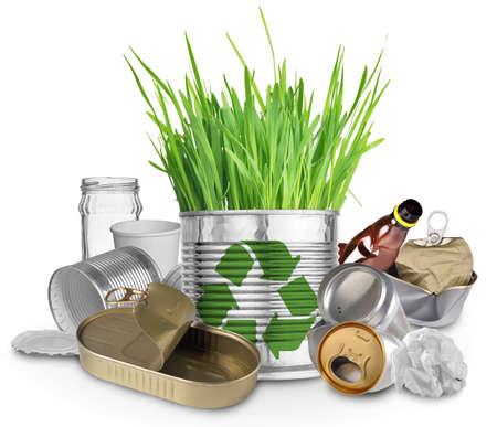 botellas de plastico: Pueda con el crecimiento de hierba y basura para reciclaje Foto de archivo