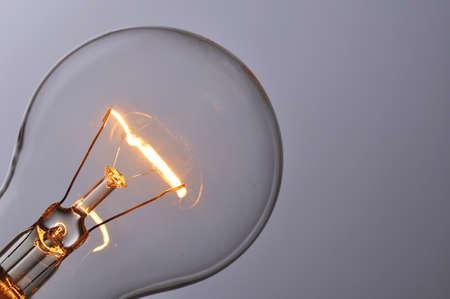 bombillo: Cierre de bombilla de luz incandescente Foto de archivo