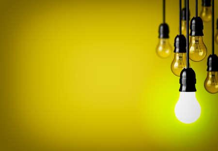 enchufe de luz: Concepto de la idea en el fondo amarillo.