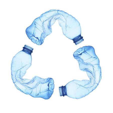 botellas de plastico: Recicle el símbolo hecho de botellas de plástico usadas Foto de archivo