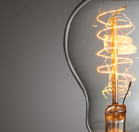 innovacion: Cierre de bombilla de luz incandescente de la vendimia Foto de archivo
