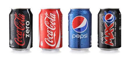botella de plastico: SOFIA, BULGARIA - 26 DE MAYO, 2014: Coca-Cola y Pepsi Latas Aislado En Blanco