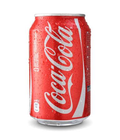 cola canette: Sofia, Bulgarie - 6 juin 2014: Cola Cola avec des gouttes d'eau isolé sur blanc. Éditoriale