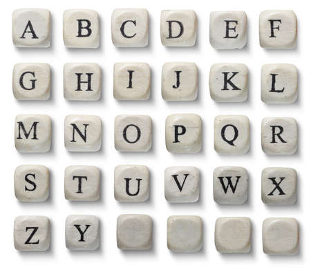 Lettere alfabeto su pezzi di legno, isolato su bianco.