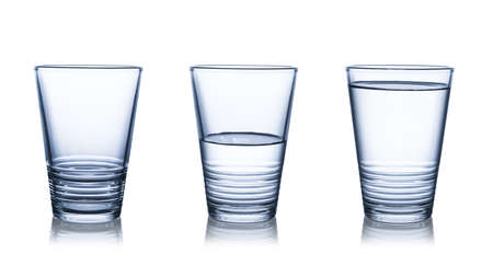 vidrio: Vacío, mitad y vasos de agua lleno. Aislado en blanco