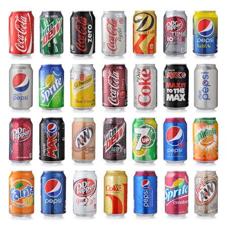 gaseosas: LOS ÁNGELES, EE.UU. - 22 de diciembre 2014 Colección de varias marcas de bebidas gaseosas en latas de aluminio aislados en blanco.