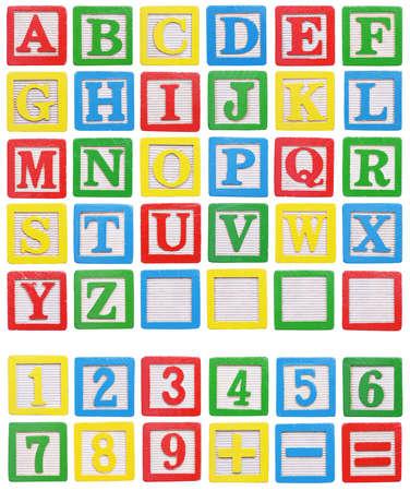 Alfabeto e numeri Blocchi di legno isolato su sfondo bianco Archivio Fotografico - 48479100