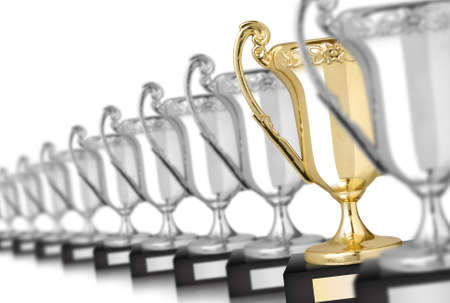trofeo: Fila de trofeos de plata y una de oro aislado en blanco