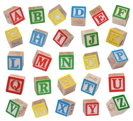 Drewniane klocki alfabetu na białym tle