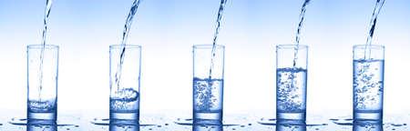 Giet water in glazen