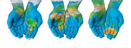 Kaart van de wereld geschilderd op handen geïsoleerde Stockfoto