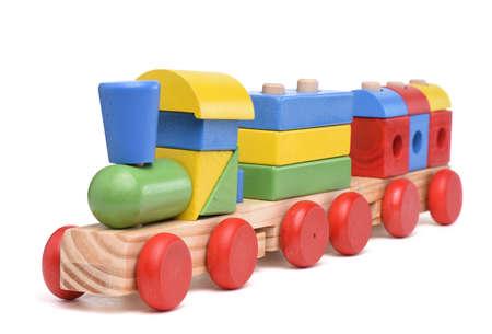 Kleurrijke houten speelgoed trein op een witte achtergrond