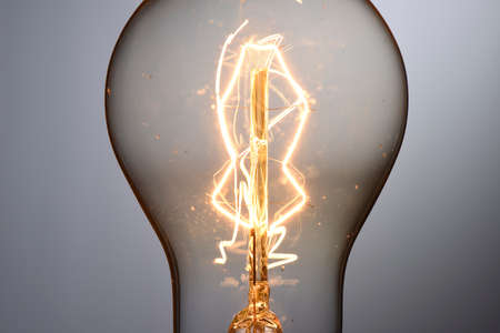 Cerca de la bombilla de luz brillante de la vendimia Foto de archivo