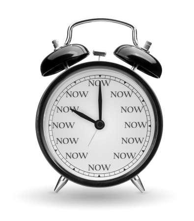Tijd is nu concept. Klassieke wekker die op witte achtergrond wordt geïsoleerd