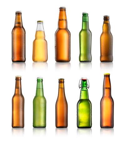 흰색 배경에 고립 된 다른 맥주 병의 컬렉션