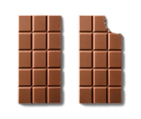 Vista dall'alto di barrette di cioccolato al latte. Isolato su sfondo bianco