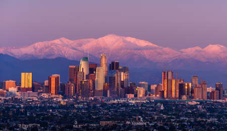 Downtown Los Angeles skyline with snow capped mountains behind at twilight Stockfoto - 124631655