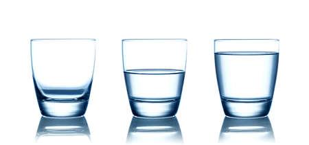 Leere, halbe und volle Wassergläser. Isoliert auf weiß Standard-Bild