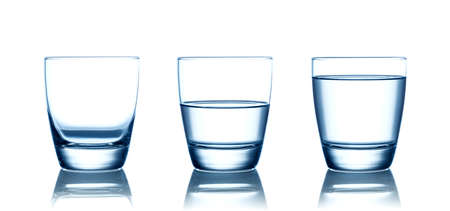 Verres à eau vides, à moitié et pleins. Isolé sur blanc Banque d'images