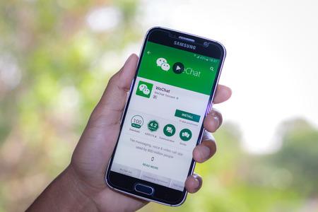 Chiang Mai, Thaïlande - Mars 1, 2017: Smartphone Samsung Galaxy S6 applications ouvertes wechat application sur l'écran sur le bureau.