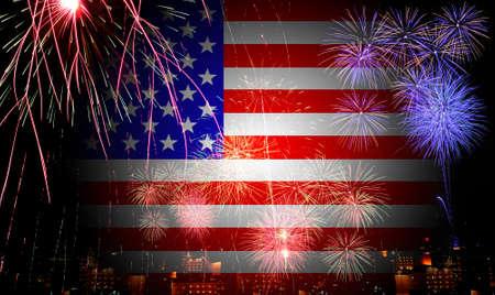 fuegos artificiales: La bandera de Estados Unidos y los fuegos artificiales en la celebración del día de la independencia  Foto de archivo