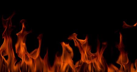 Llamas de fuego sobre fondo negro de arte abstracto, ardientes chispas al rojo vivo se elevan, partículas voladoras brillantes de color naranja ardiente Foto de archivo