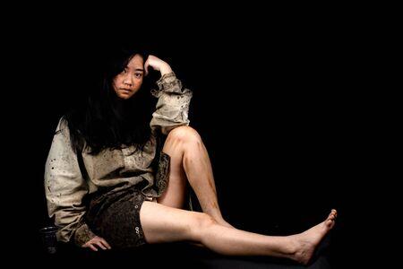 Mendigo joven y sucio pidiendo algo de dinero, Retrato de joven hermoso concepto sin hogar sobre fondo negro
