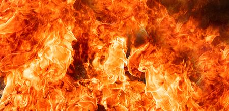 Fiamme di fuoco su sfondo nero di arte astratta, scintille roventi brucianti si alzano, particelle volanti incandescenti arancioni