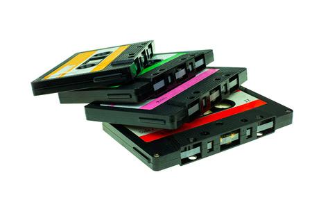 Pile de cassettes compactes vintage, gros plan sur un ensemble de vieilles cassettes audio