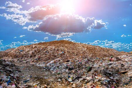 Berg großer Müllhaufen und Umweltverschmutzung,Haufen von Gestank und giftigen Rückständen,Dieser Müll kommt aus städtischen und Industriegebieten, den man nicht loswerden kann,Verbrauchergesellschaft Verursacht massiven Abfall