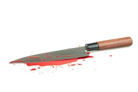 Couteau image à contraste élevé sanglant sur fond blanc