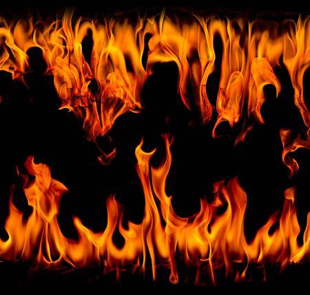 Flammes de feu sur fond noir d'art abstrait, étincelles rouges brûlantes s'élèvent, particules volantes rougeoyantes orange ardente