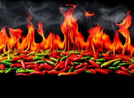 Grupa papryczek Red Hot chili w ogniu i dymie na czarnym tle Zdjęcie Seryjne