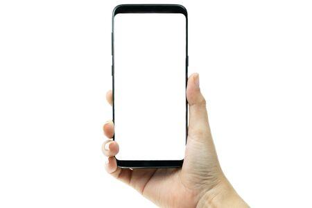 Mano de mujer sosteniendo teléfono móvil negro con pantalla en blanco en el fondo, pantalla en blanco de smartphone