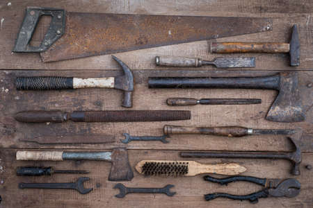 Collection of antique woodworking handtools on a rough workbench old wooden Stockfoto